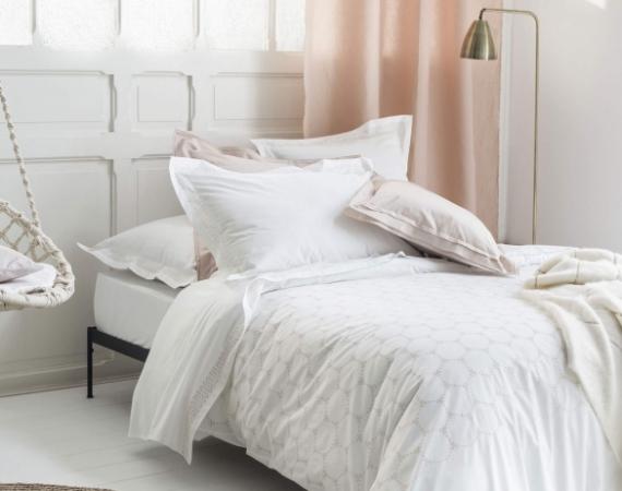 nina-ricci-parure-de-lit-de-luxe-brode-ronde-nocturne-soie-percale-de-coton-ambiance_9 (1)