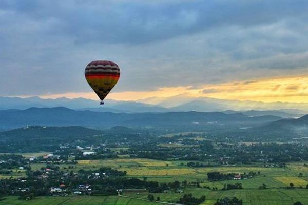 清晨乘坐热气球