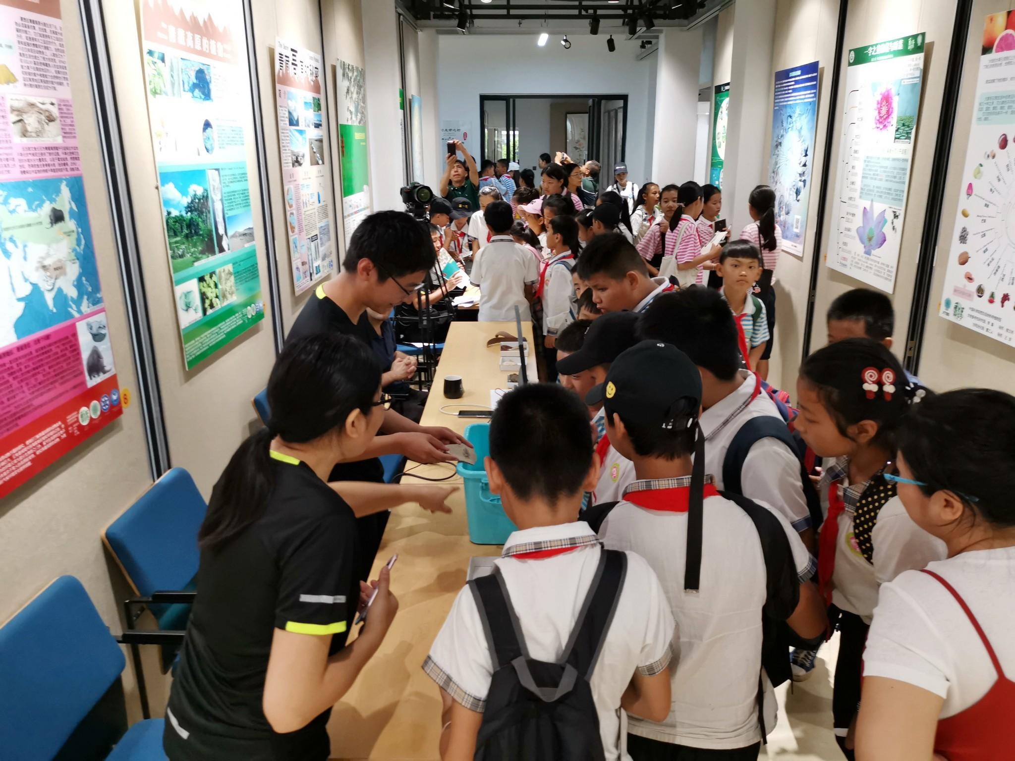 22日的科学节现场,科研人员为参观人员解说(段其武 摄)