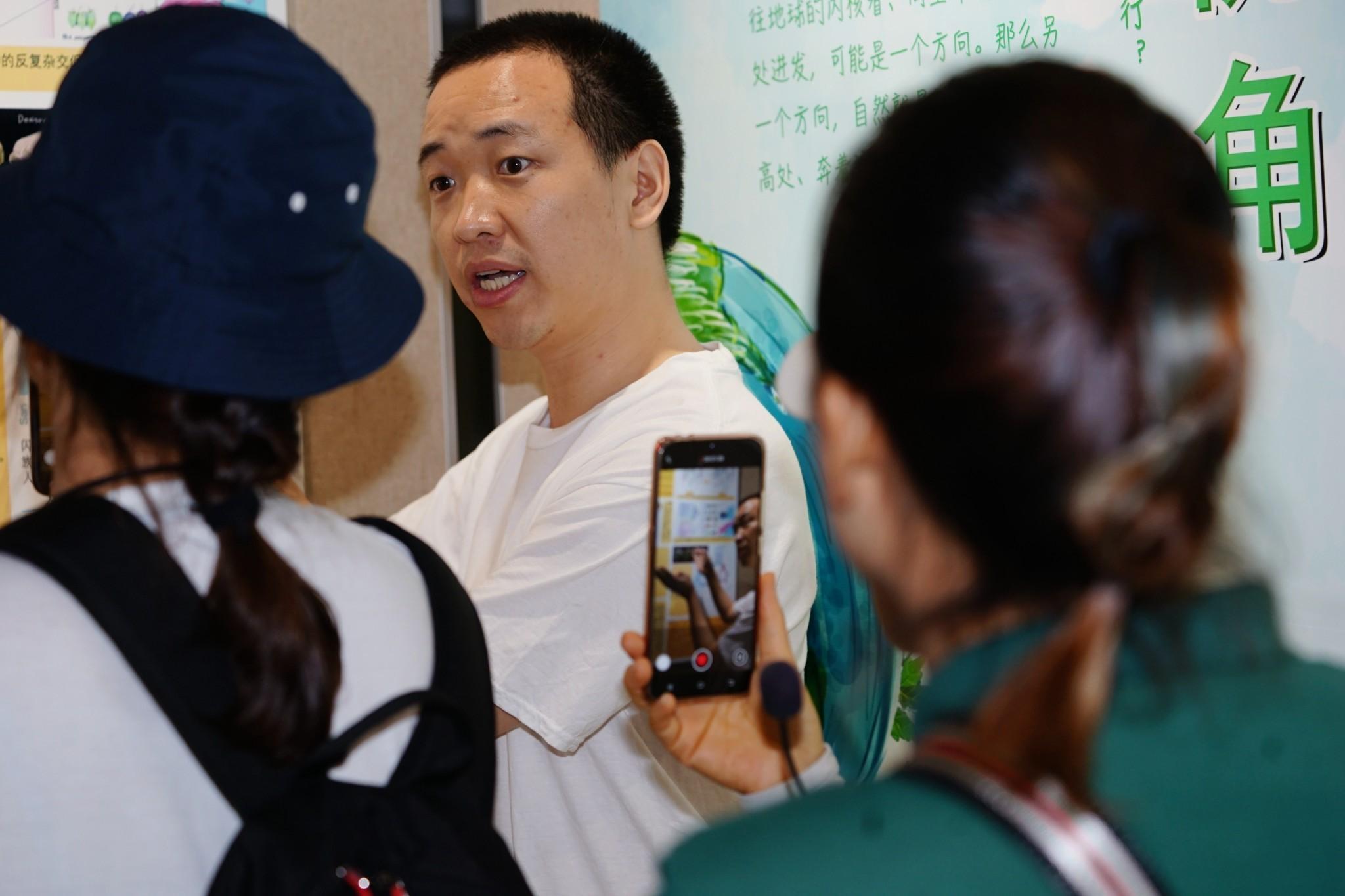 23日的科学节现场,科研人员为参观人员解说(玉最东 摄)